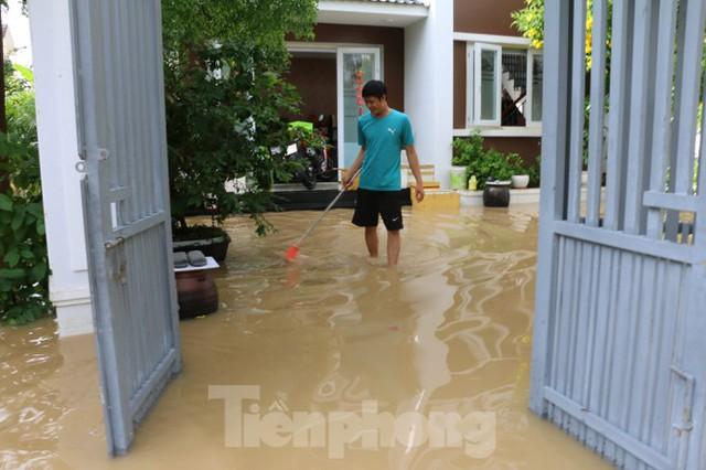 Bão tan nhưng dân phố biển Nha Trang vẫn bì bõm nơi nước ngập - Ảnh 7.