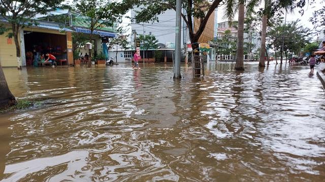 Hồ thủy lợi, thủy điện xả nước, nhiều nơi ở Huế ngập nặng dù trời không mưa  - Ảnh 3.