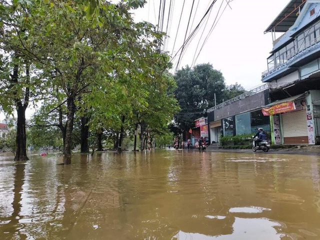 Hồ thủy lợi, thủy điện xả nước, nhiều nơi ở Huế ngập nặng dù trời không mưa  - Ảnh 4.