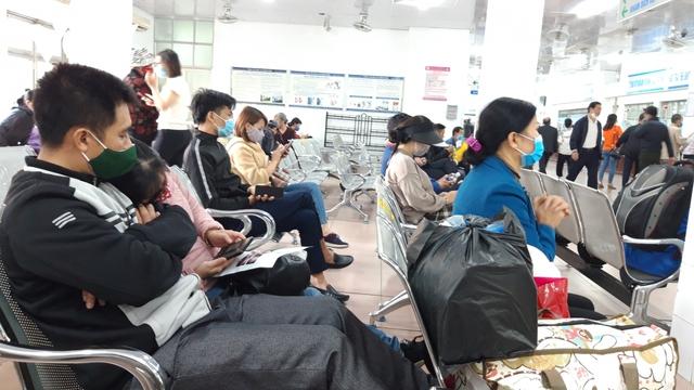 Hà Nội bắt buộc đeo khẩu trang nơi công cộng: Người dân đang chấp hành tốt - Ảnh 1.