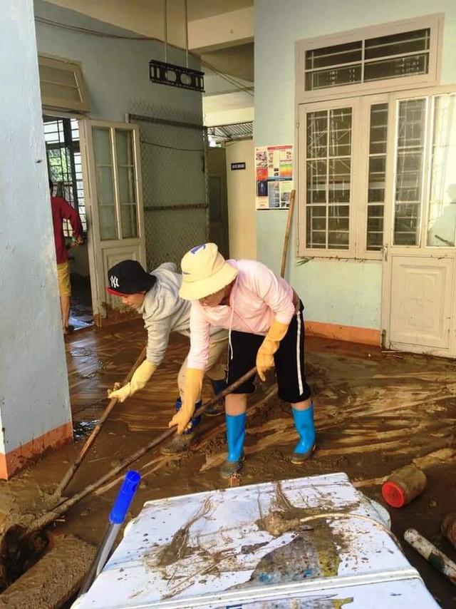 Thầy cô Trà Leng cạo núi bùn, dọn trường sau mưa lũ - Ảnh 1.