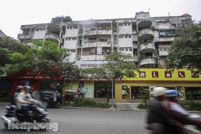 Tận thấy khu chung cư trước nguy cơ sập đổ ở giữa Thủ đô  - Ảnh 1.