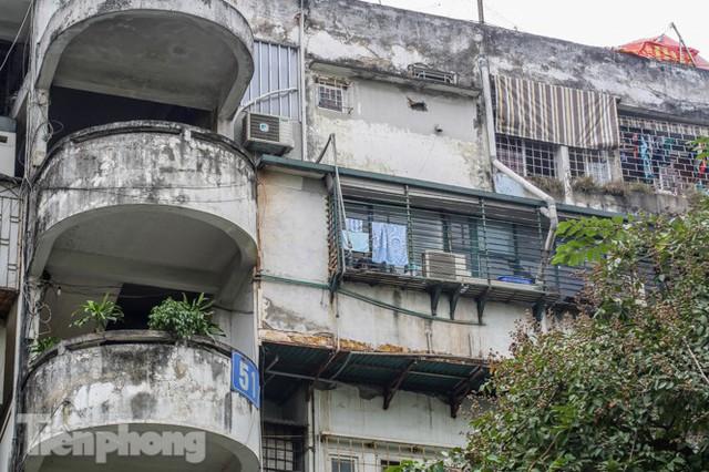 Tận thấy khu chung cư trước nguy cơ sập đổ ở giữa Thủ đô  - Ảnh 2.