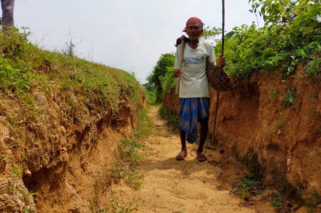 Quyết tâm đi đào kênh dẫn nước về làng, cụ ông bị vợ và mọi người mỉa mai là gã điên, 30 năm sau phải quay lại cảm tạ ông - Ảnh 1.