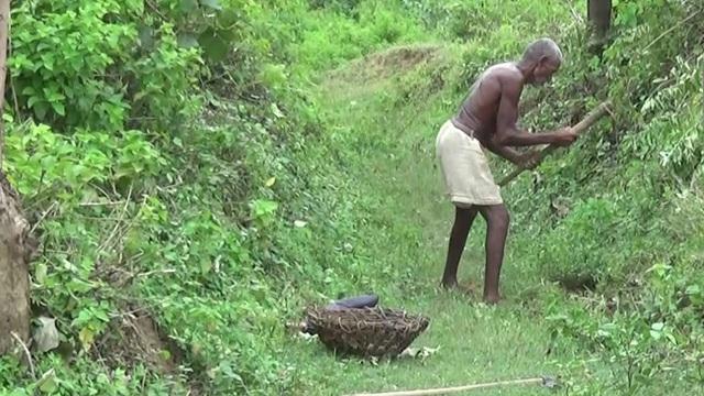 Quyết tâm đi đào kênh dẫn nước về làng, cụ ông bị vợ và mọi người mỉa mai là gã điên, 30 năm sau phải quay lại cảm tạ ông - Ảnh 2.