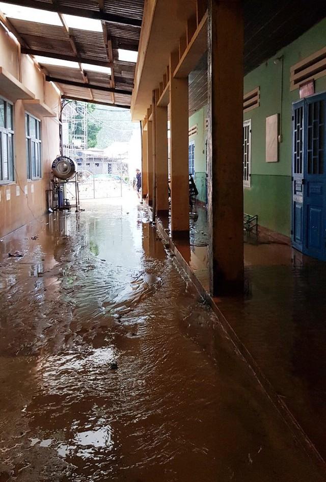 Thầy cô Trà Leng cạo núi bùn, dọn trường sau mưa lũ - Ảnh 11.