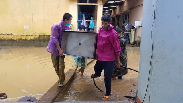 Thầy cô Trà Leng cạo núi bùn, dọn trường sau mưa lũ - Ảnh 12.