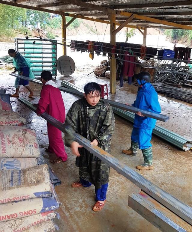 Thầy cô Trà Leng cạo núi bùn, dọn trường sau mưa lũ - Ảnh 15.