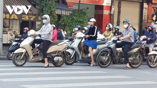 Hà Nội bắt buộc đeo khẩu trang nơi công cộng: Người dân đang chấp hành tốt - Ảnh 4.