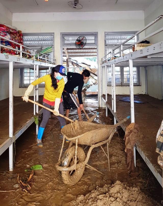 Thầy cô Trà Leng cạo núi bùn, dọn trường sau mưa lũ - Ảnh 3.
