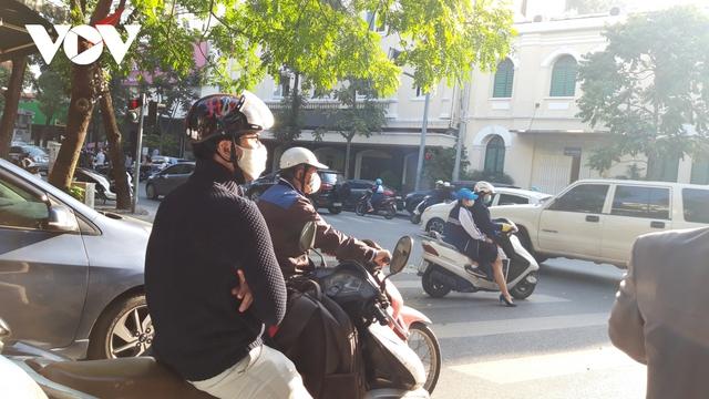 Hà Nội bắt buộc đeo khẩu trang nơi công cộng: Người dân đang chấp hành tốt - Ảnh 5.
