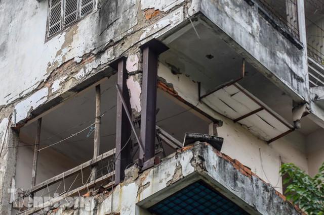 Tận thấy khu chung cư trước nguy cơ sập đổ ở giữa Thủ đô  - Ảnh 4.