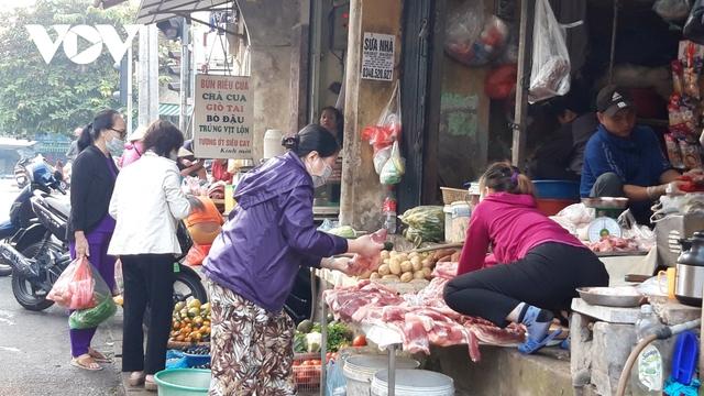 Hà Nội bắt buộc đeo khẩu trang nơi công cộng: Người dân đang chấp hành tốt - Ảnh 6.