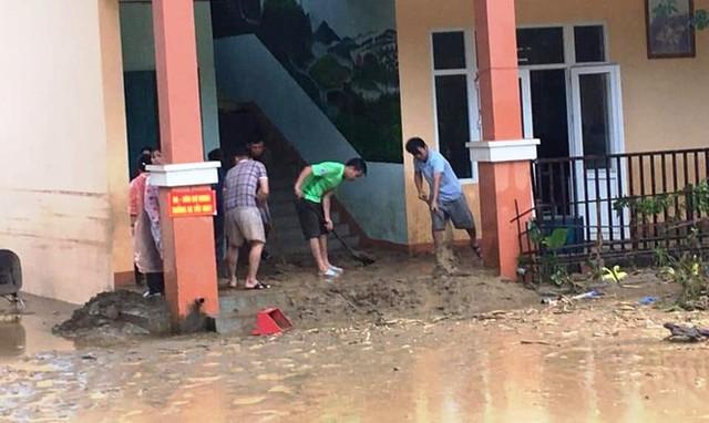 Thầy cô Trà Leng cạo núi bùn, dọn trường sau mưa lũ - Ảnh 7.