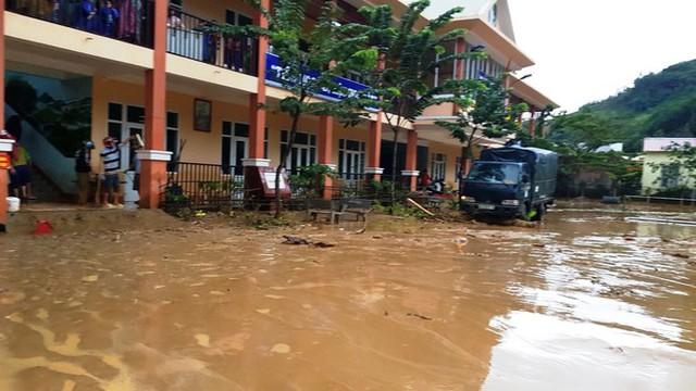Thầy cô Trà Leng cạo núi bùn, dọn trường sau mưa lũ - Ảnh 9.