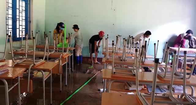 Thầy cô Trà Leng cạo núi bùn, dọn trường sau mưa lũ - Ảnh 10.