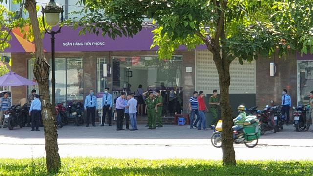 Đưa kẻ cướp ngân hàng ở Bình Tân đi cấp cứu  - Ảnh 3.