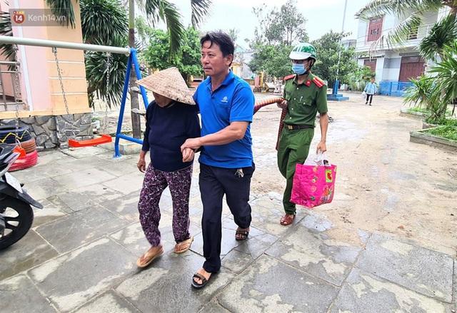 Đà Nẵng sơ tán hơn 92.000 người tránh bão số 13: 2 tháng mà phải chạy bão đến 3 lần, tôi lo mất cả Tết quá - Ảnh 7.