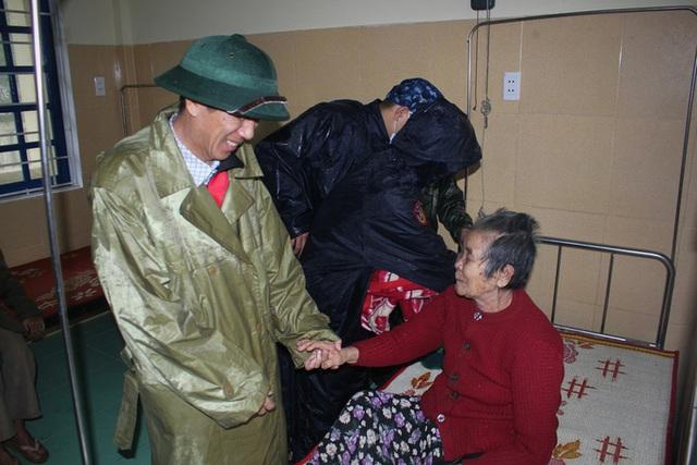Chùm ảnh: Quảng Trị chạy đua sơ tán dân trước khi bão số 13 đổ bộ - Ảnh 9.