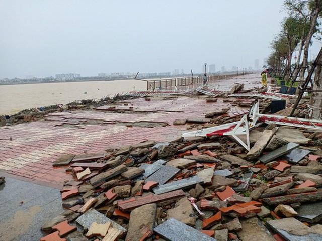Những hình ảnh thiệt hại đầu tiên do bão số 13 gây ra ở miền Trung  - Ảnh 2.