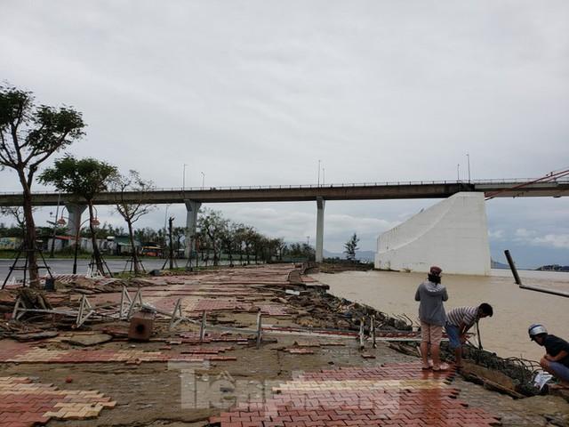 Bờ biển Đà Nẵng ngổn ngang, kè sông sụt lún vì bão số 13 - Ảnh 1.