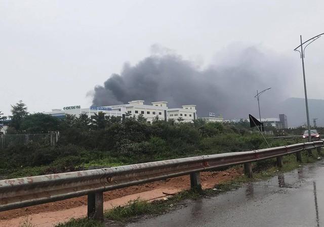 Cháy lớn khu công nghiệp ở Bắc Giang, khói đen bốc cao hàng chục mét - Ảnh 1.