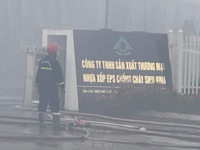 Cháy lớn khu công nghiệp ở Bắc Giang, khói đen bốc cao hàng chục mét - Ảnh 2.
