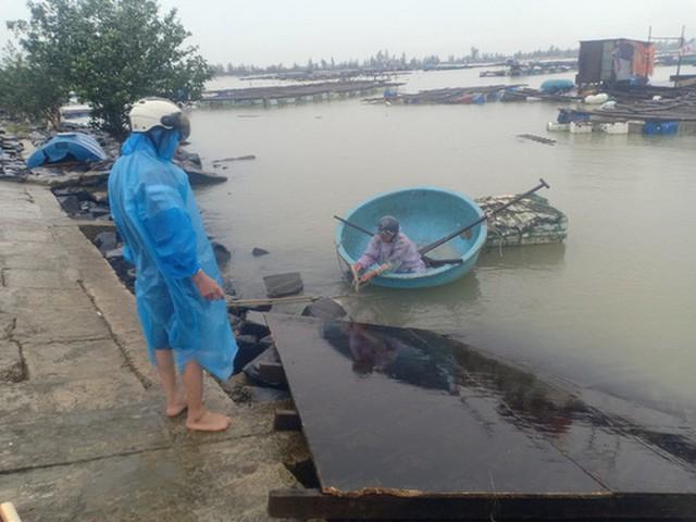 Những hình ảnh thiệt hại đầu tiên do bão số 13 gây ra ở miền Trung  - Ảnh 11.