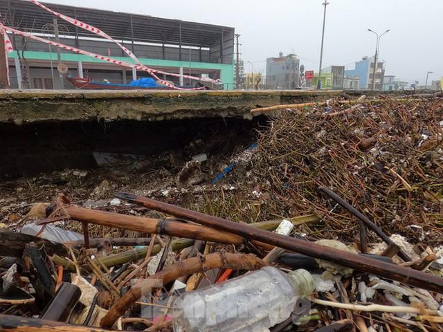 Bờ biển Đà Nẵng ngổn ngang, kè sông sụt lún vì bão số 13 - Ảnh 11.