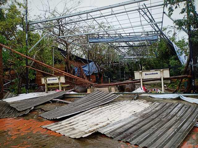 Những hình ảnh thiệt hại đầu tiên do bão số 13 gây ra ở miền Trung  - Ảnh 12.