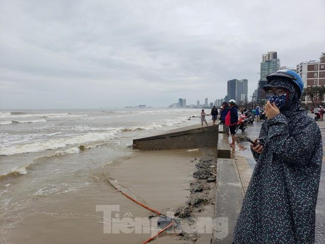 Bờ biển Đà Nẵng ngổn ngang, kè sông sụt lún vì bão số 13 - Ảnh 14.