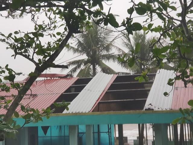 Những hình ảnh thiệt hại đầu tiên do bão số 13 gây ra ở miền Trung  - Ảnh 15.