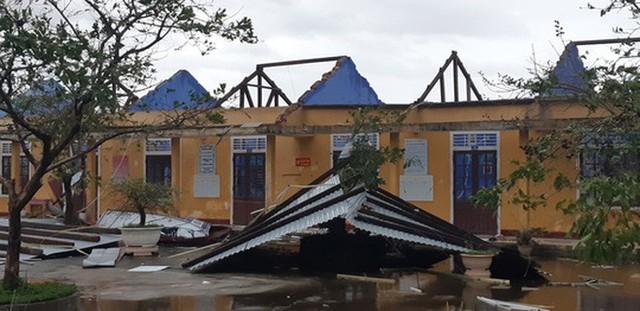 Những hình ảnh thiệt hại đầu tiên do bão số 13 gây ra ở miền Trung  - Ảnh 17.