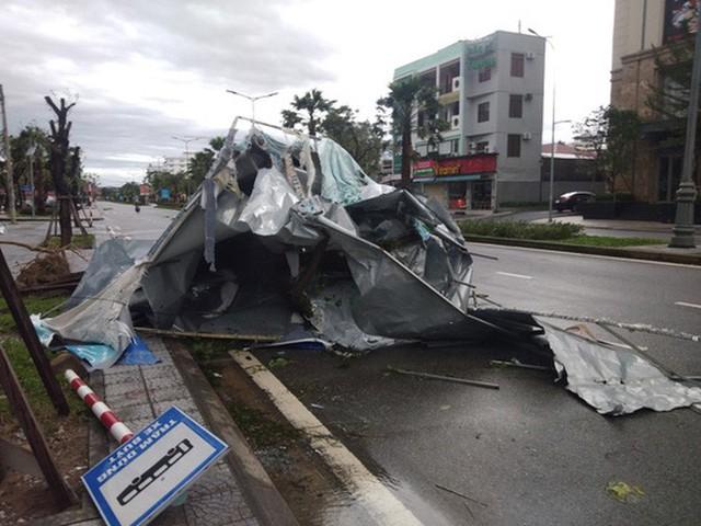 Những hình ảnh thiệt hại đầu tiên do bão số 13 gây ra ở miền Trung  - Ảnh 19.