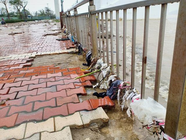 Những hình ảnh thiệt hại đầu tiên do bão số 13 gây ra ở miền Trung  - Ảnh 3.