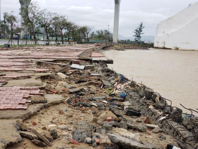 Bờ biển Đà Nẵng ngổn ngang, kè sông sụt lún vì bão số 13 - Ảnh 3.