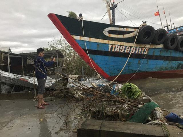 Những hình ảnh thiệt hại đầu tiên do bão số 13 gây ra ở miền Trung  - Ảnh 21.