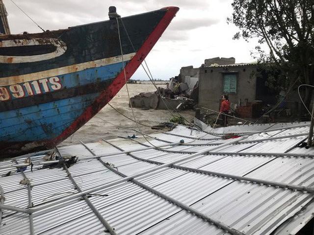 Những hình ảnh thiệt hại đầu tiên do bão số 13 gây ra ở miền Trung  - Ảnh 22.