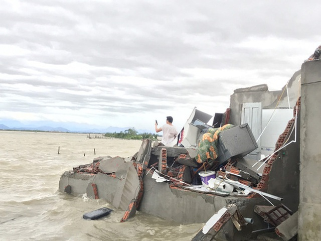 Những hình ảnh thiệt hại đầu tiên do bão số 13 gây ra ở miền Trung  - Ảnh 23.