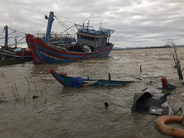 Những hình ảnh thiệt hại đầu tiên do bão số 13 gây ra ở miền Trung  - Ảnh 25.