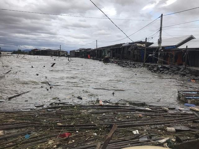 Những hình ảnh thiệt hại đầu tiên do bão số 13 gây ra ở miền Trung  - Ảnh 26.