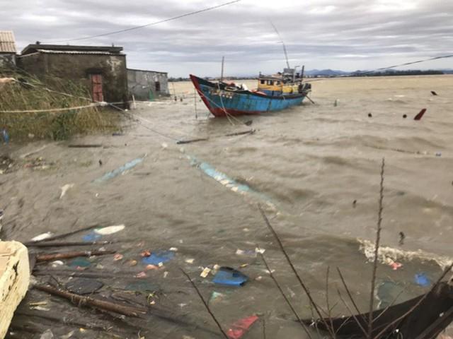 Những hình ảnh thiệt hại đầu tiên do bão số 13 gây ra ở miền Trung  - Ảnh 27.