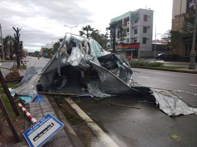 Những hình ảnh thiệt hại đầu tiên do bão số 13 gây ra ở miền Trung  - Ảnh 28.