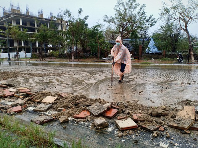Những hình ảnh thiệt hại đầu tiên do bão số 13 gây ra ở miền Trung  - Ảnh 4.