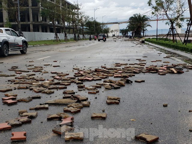 Bờ biển Đà Nẵng ngổn ngang, kè sông sụt lún vì bão số 13 - Ảnh 4.