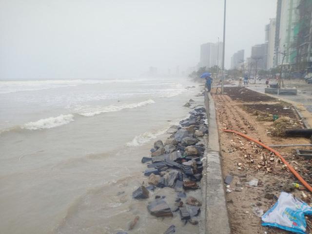 Những hình ảnh thiệt hại đầu tiên do bão số 13 gây ra ở miền Trung  - Ảnh 5.