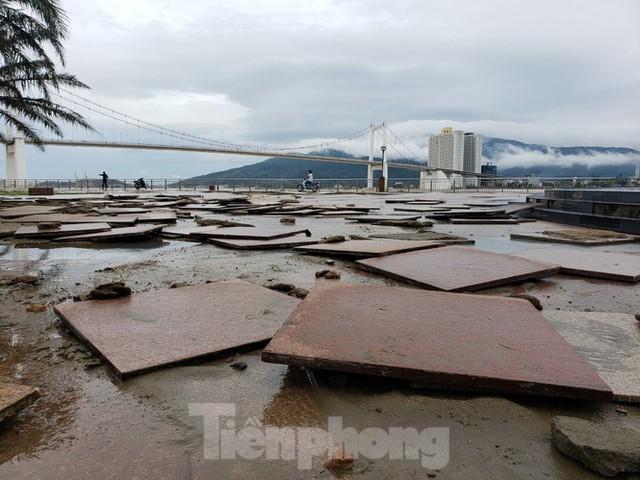 Bờ biển Đà Nẵng ngổn ngang, kè sông sụt lún vì bão số 13 - Ảnh 5.