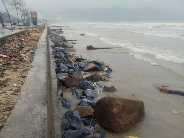 Những hình ảnh thiệt hại đầu tiên do bão số 13 gây ra ở miền Trung  - Ảnh 6.