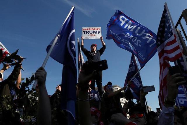 Hàng chục nghìn người biểu tình đổ về Washington, D.C., hô hào thêm 4 năm cho Tổng thống Trump - Ảnh 6.