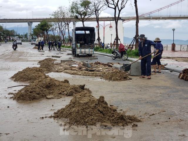 Bờ biển Đà Nẵng ngổn ngang, kè sông sụt lún vì bão số 13 - Ảnh 6.